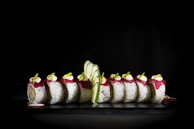 Sushi en un plato estilo de fotografía de comida oscura