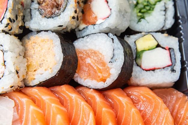 Sushi en el plato sobre la mesa negra
