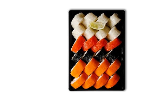 Sushi en un recipiente de plástico sobre un fondo blanco. concepto de entrega de sushi.