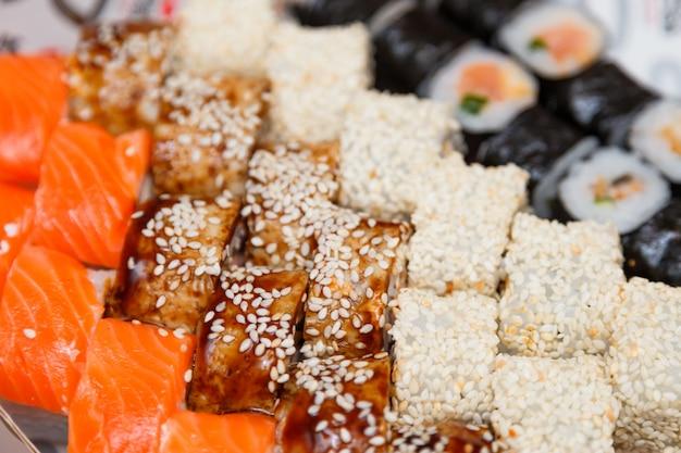 Sushi y rollos conjunto grande vista cercana.