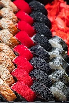 Sushi rolls set salmón, arroz, atún, nori wakame tobiko caviar bocadillo fresco