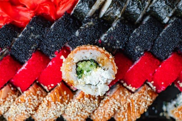 Sushi rolls set salmón, arroz, nori wakame tobiko caviar bocadillo fresco