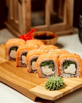 Sushi con salmón y aguacate, jengibre y rábano picante