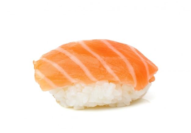 Sushi de salmón sobre un blanco
