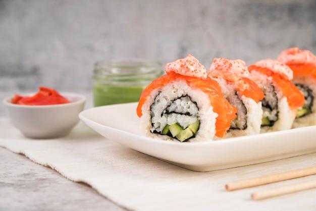 Sushi con salsa en la mesa