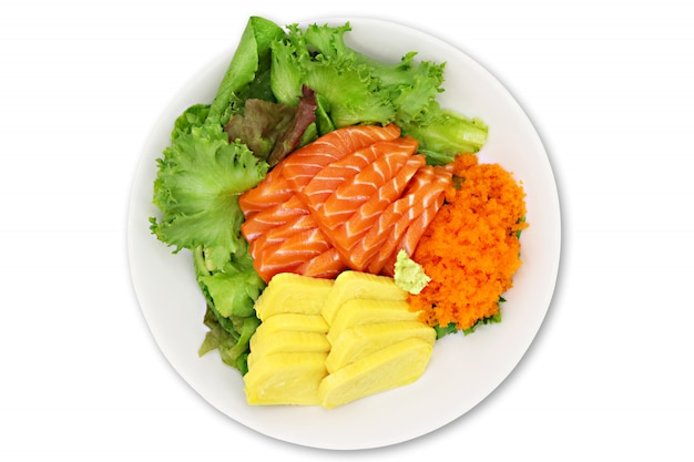 Sushi set sashimi de salmón crudo, huevo tobiko, huevo de camarones.