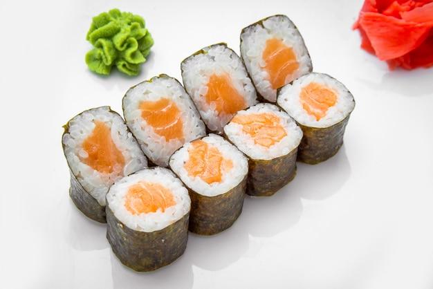 Sushi tradicional japonés comida y rollos con mariscos frescos