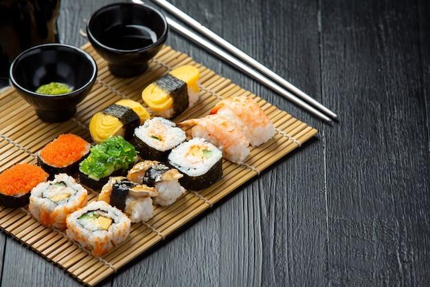Sushi tradicional en superficie oscura