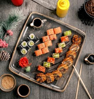 Sushi con vista superior de wasabi y jengibre