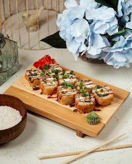 Sushi con wasabi y jengibre y cubierto con almíbar
