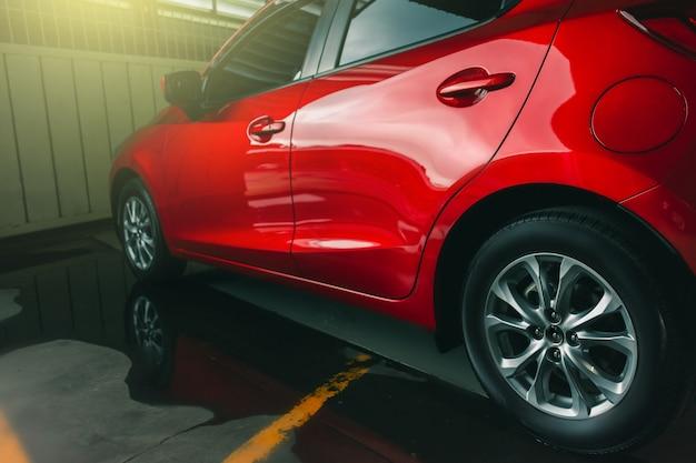 Suspensión con neumáticos de goma del coche.