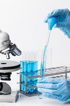 Sustancias químicas azules de vista frontal en el laboratorio