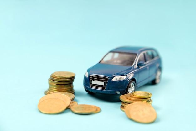 Suv coche azul con monedas