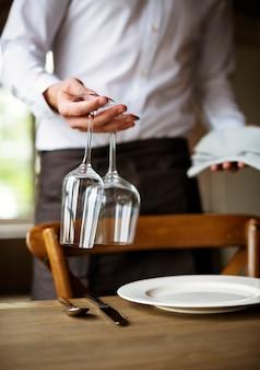 Tabla de ajuste del personal del restaurante en el restaurante para la recepción