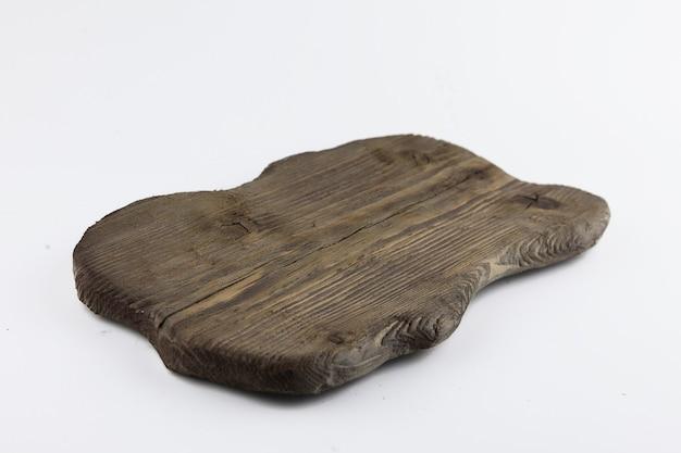 Tabla de cortar desgastada original de madera vieja aislado sobre fondo blanco.