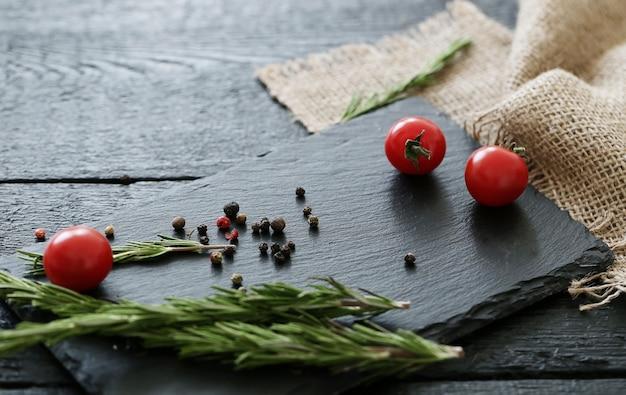 Tabla de cortar con especias y tomates.
