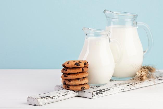 Tabla de cortar con jarras de leche.