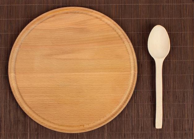 Tabla de cortar de madera redonda, plato rústico.