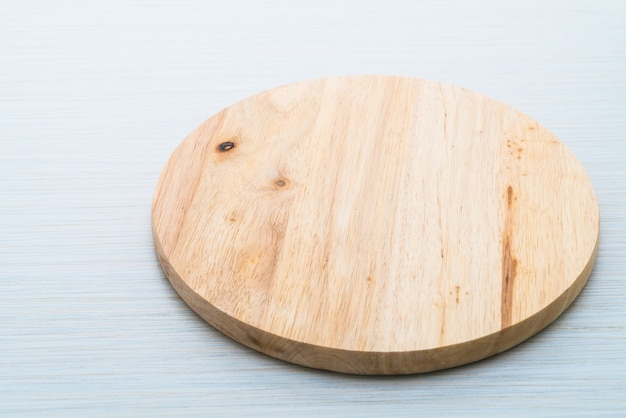 Tabla de cortar de madera sobre fondo de texturas de madera