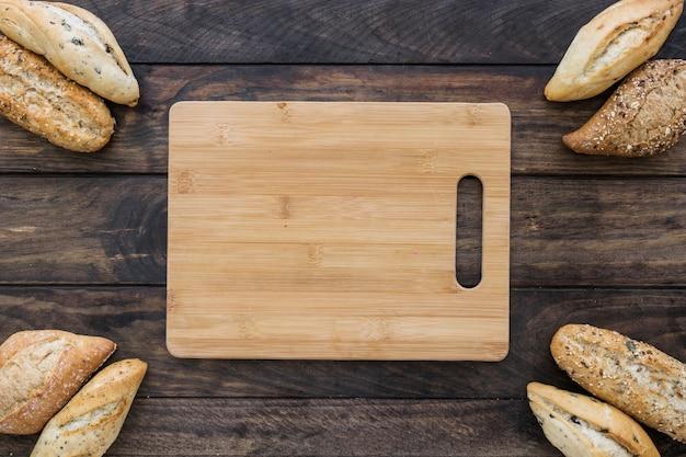 Tabla de cortar con pan en la mesa