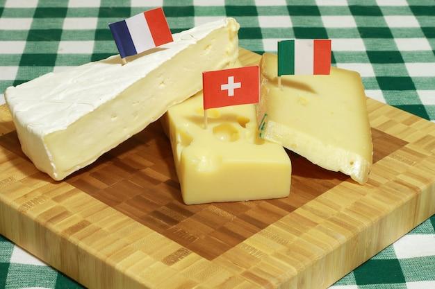 Tabla de cortar con queso mezclado