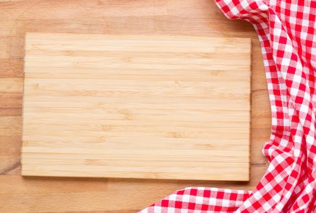 Tabla de cortar y servilleta roja