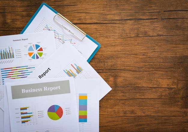 Tabla de informes de negocios que prepara gráficos informe de resumen estadísticas círculo de negocios