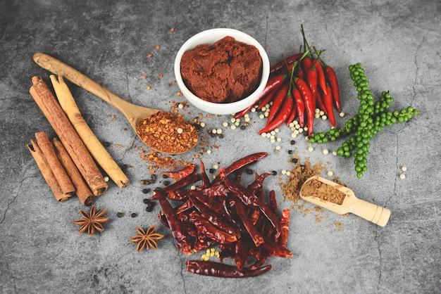 Tabla de ingredientes de vista superior de polvo de chile candente comida asiática picante en tailandia granos de pimienta pasta de curry pimienta de cayena