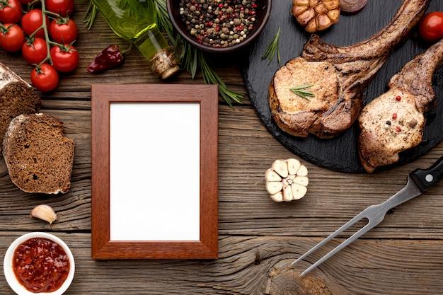 Tabla de madera con carne cocida y marco