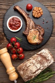 Tabla de madera con carne cocida
