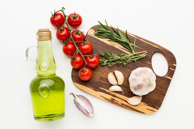 Tabla de madera con condimentos para cocinar