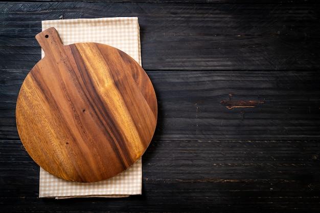 Tabla de madera de corte vacía con trapo