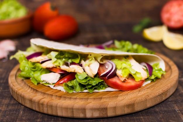 Tabla de madera de kebab de carne y verduras cocidas