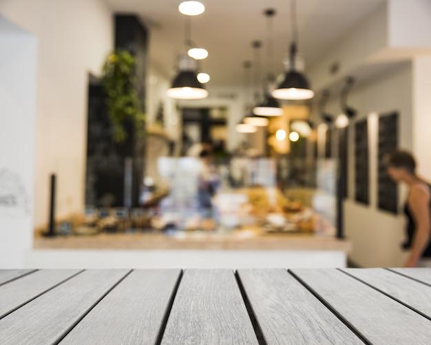 Tabla de madera mirando hacia escena de bar