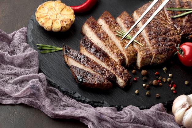 Tabla de madera con sabrosa carne cocida