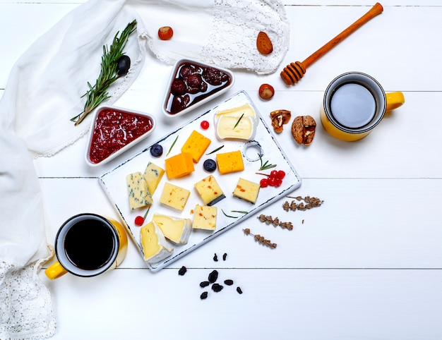 Tabla de quesos con frambuesa y mermelada de fresa.