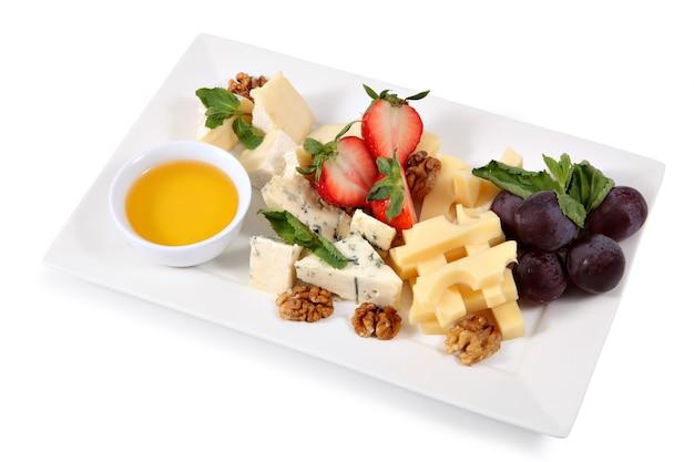 Tabla de quesos, quesos mixtos, aislado sobre fondo blanco.