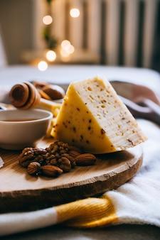 Tabla de quesos, quesos variados, cena de la fiesta de vino de confort