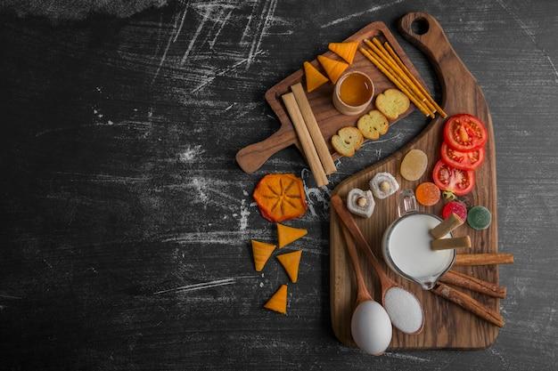 Tabla de refrigerios con galletas y verduras.