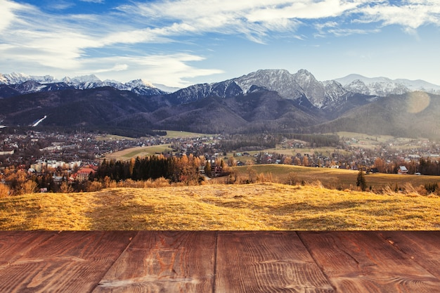 Tabla sobre fondo de montañas de otoño