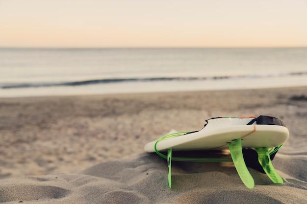 Tabla de surf en la playa