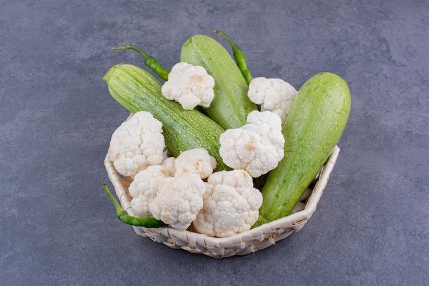 Tabla de verduras con calabacín y coliflores.