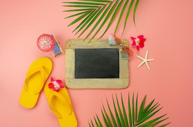 Tabla de vista superior plan de accesorios para viajar playa en concepto de fondo de vacaciones de verano