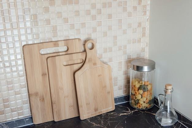 Tablas de cortar de madera en la cocina