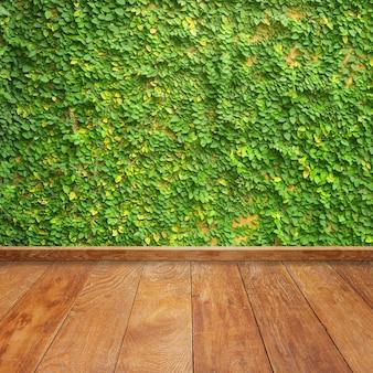 Tablas de madera con una enredadera en la pared