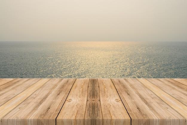 Tablas de madera con el mar de fondo