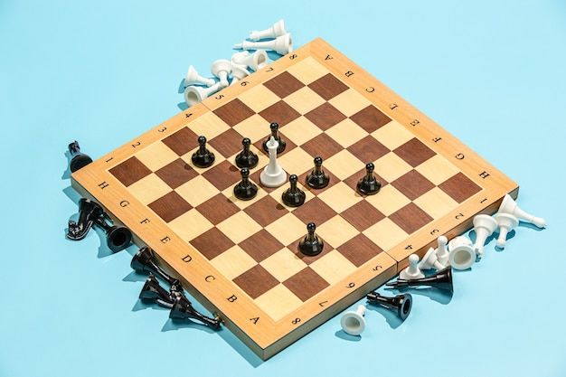 Tablero de ajedrez y concepto de juego. ideas de negocio, competencia, estrategia y concepto de nuevas ideas.