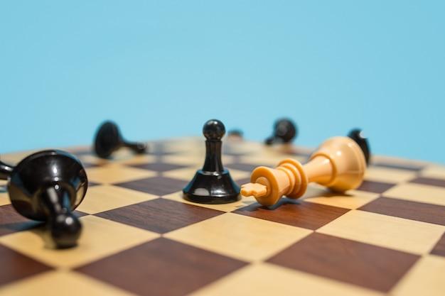 El tablero de ajedrez y el concepto de juego de ideas de negocios y competencia.