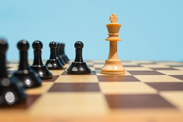 Tablero de ajedrez y concepto de juego de ideas de negocios y competencia.