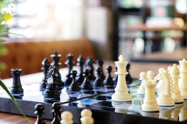 Tablero de ajedrez jugar juego de ajedrez sobre la mesa